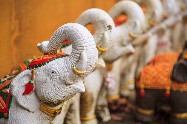Weiße elefantpuppen oder -statuen als angebot, heiligtumsgötter oder -haushalt zu beschwichtigen oder zu verehren