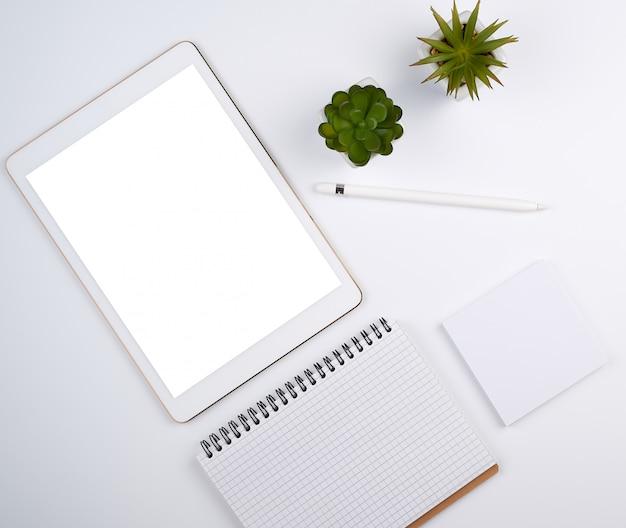 Weiße elektronische tablette mit einem leeren bildschirm und einem bleistift