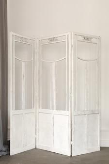 Weiße empfindliche dekorative hölzerne platte an der wand