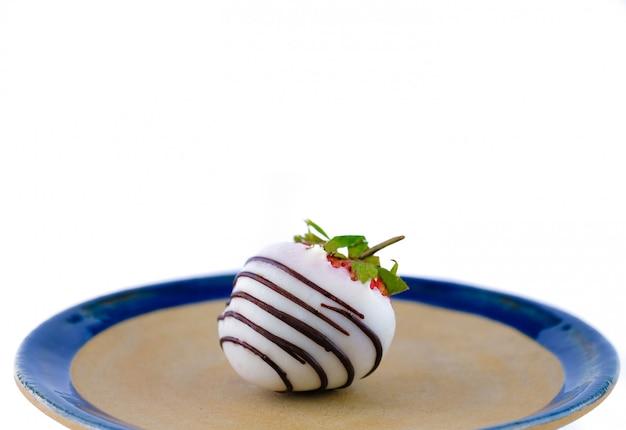Weiße erdbeere mit schokoladenüberzug