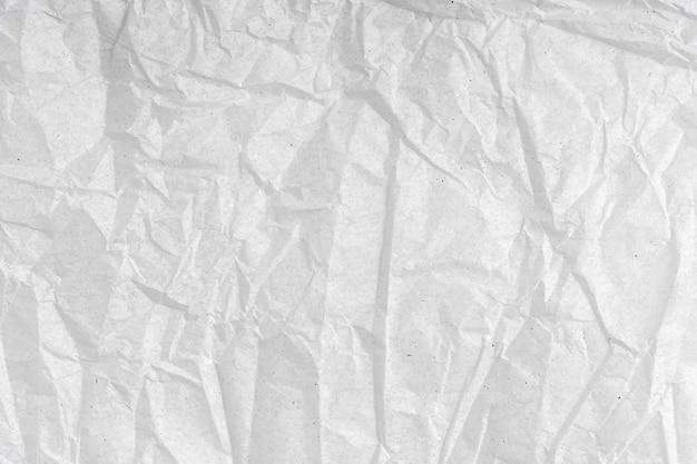 Weiße faltige papierstruktur. leere, zerknitterte, körnige, strukturierte papieroberfläche.