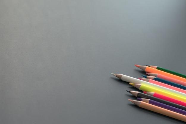 Weiße farbbleistiftführung andere anteilidee auf schwarzem hintergrund mit kopienraum