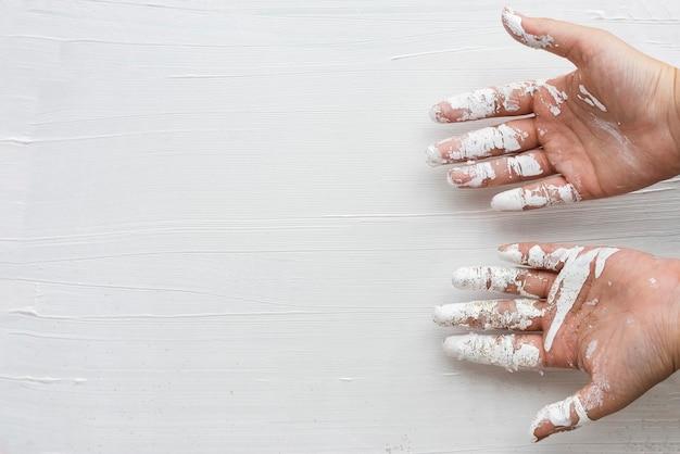 Weiße farbe auf den händen eines künstlers gefärbt