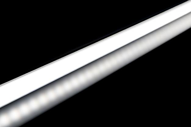 Weiße farbe der led-röhrenglühlampe für fotografie und video auf schwarzem hintergrund.