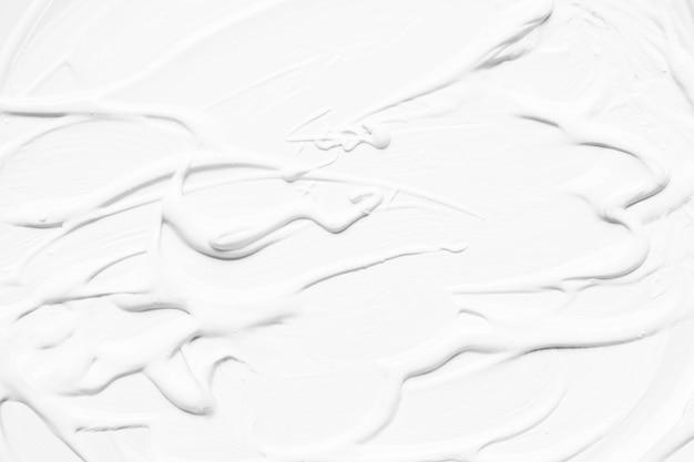 Weiße farbe fließt und schmiert