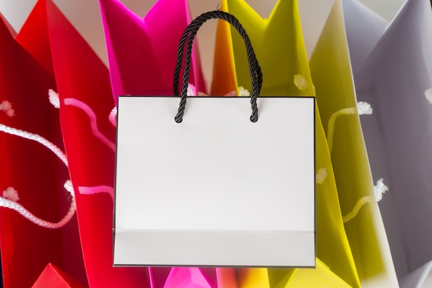 Weiße farbeinkaufstasche der einkaufstasche eins und kopienraum für normalen text oder produkt