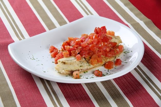 Weiße fischfilets in reichhaltiger tomatensauce.