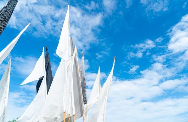 Weiße flagge mit blauem himmelshintergrund