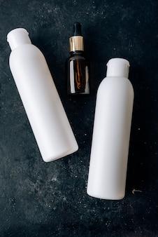 Weiße flasche auf schwarzer oberfläche