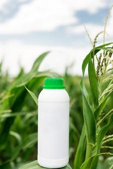 Weiße flasche des modells. kopieren sie platz für herbizid, fungizid oder insektizid.