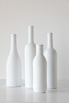 Weiße flaschen auf weißem hintergrund minimale stildekoration