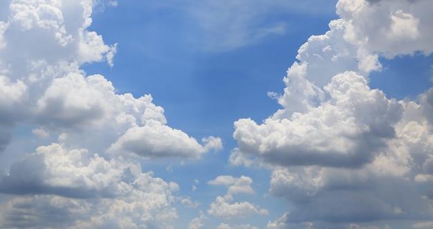 Weiße flaumige wolken auf hintergrund des blauen himmels