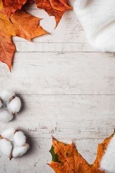 Weiße flauschige pullover und ahorn herbstlaub