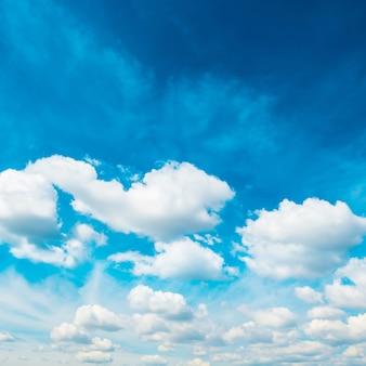 Weiße flauschige wolken am blauen himmel. natur hintergrund