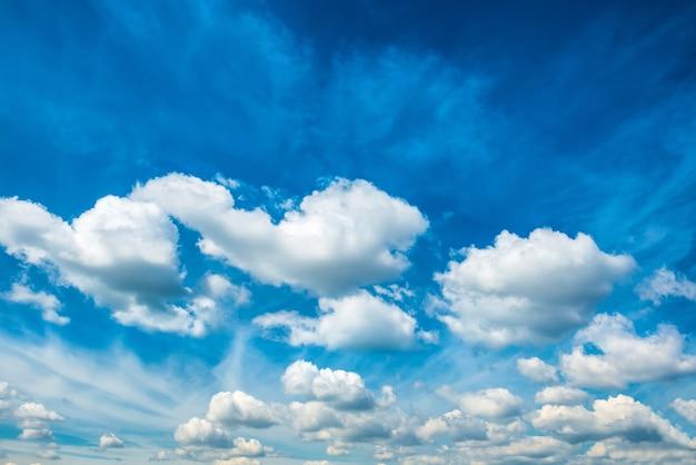 Weiße flauschige wolken am blauen himmel. naturhintergrund