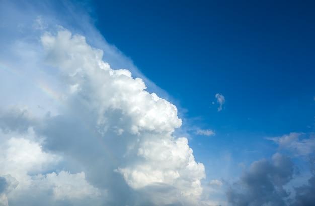 Weiße flauschige wolken am blauen himmel
