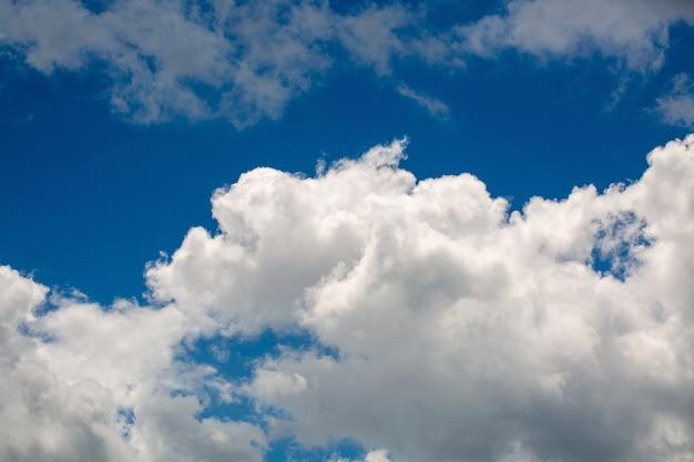 Weiße flauschige wolken am klaren himmel