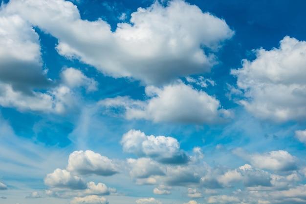 Weiße flauschige wolken auf blauem himmel