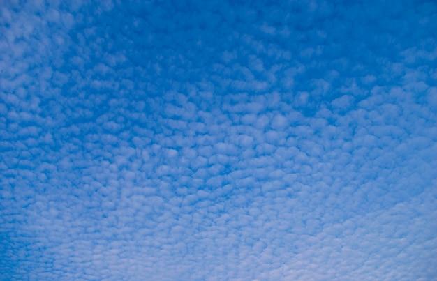 Weiße flauschige wolken im blauen himmel