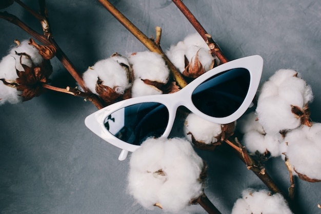 Weiße frauensonnenbrille brille in form von katzenaugen auf einem dunklen hintergrund