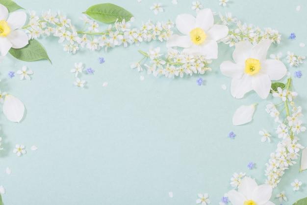 Weiße frühlingsblumen auf papierhintergrund