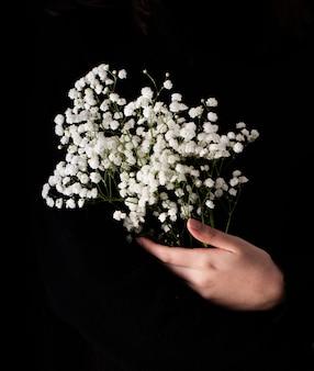 Weiße frühlingsblumen des hohen winkels