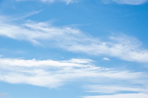 Weiße gefiederte flauschige wolken auf blauem himmel, hintergrund und textur. cirruswolken am blauen himmel, schöner cirrus uncinus am blauen sommerhimmel