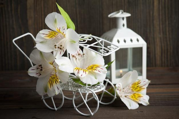 Weiße gelbe lillyblumen