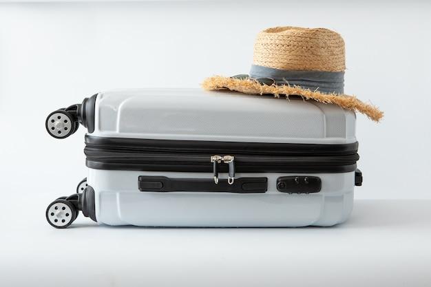 Weiße gepäckhut-reisereise zum langen wochenendenfeiertag des ziels auf weißem hintergrund