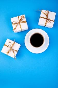 Weiße geschenkbox mit goldband