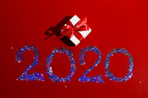 Weiße geschenkbox mit rotem band und nr. 2020
