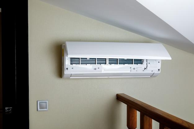 Weiße geteilte klimaanlage an einer wand. nahaufnahmebild