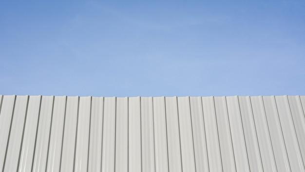 Weiße gewellte metallwand