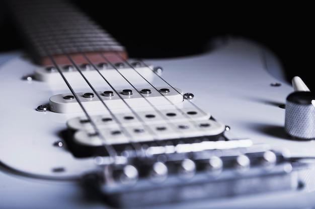 Weiße gitarre der nahaufnahme