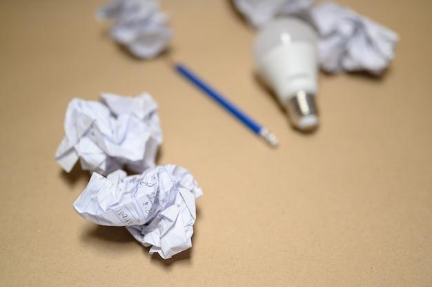 Weiße glühbirnen auf braunem papier platziert