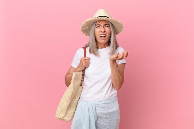 Weiße haarfrau mittleren alters, die verzweifelt, frustriert und gestresst aussieht. sommerkonzept