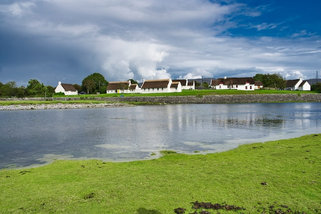 Weiße häuser mit einem strohdach, grafschaft clare, irland