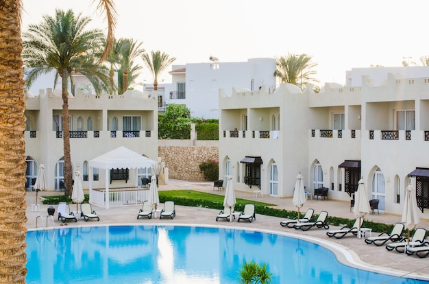 Weiße häuser und swimmingpool auf dem gebiet eines fünf-sterne-hotels in sharm el sheikh.