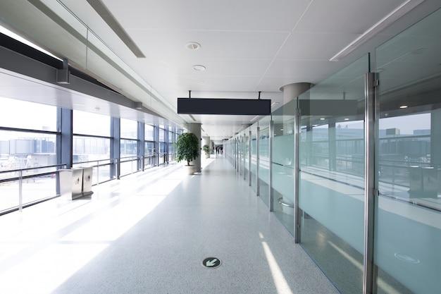 Weiße halle am flughafen - moderne architektur