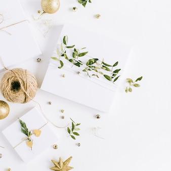 Weiße handgemachte weihnachtsgeschenkboxen. flache lage, ansicht von oben