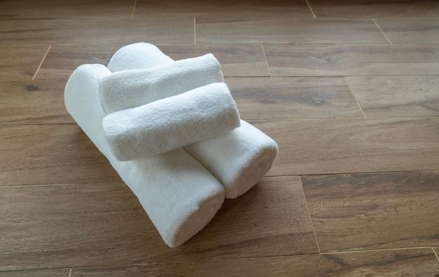 Weiße handtücher auf dem boden