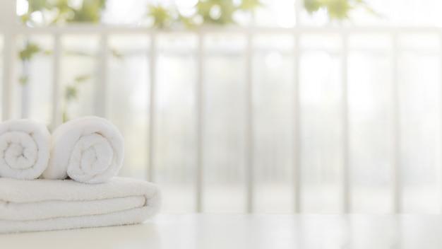 Weiße handtücher im bad