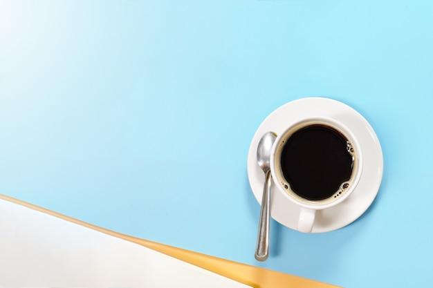 Weiße heiße kaffeetasse auf blauem pastellhintergrund mit kopienraum für gesetztem text