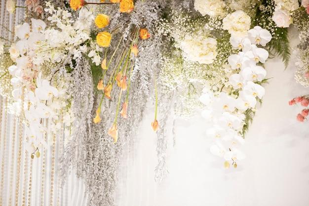 Weiße hochzeitsblumen an einer wand