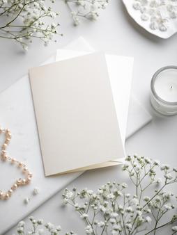 Weiße hochzeitsbriefpapierwohnung lag mit leerer grußkarte