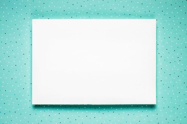 Weiße hochzeitskarte auf aquamarinem hintergrund