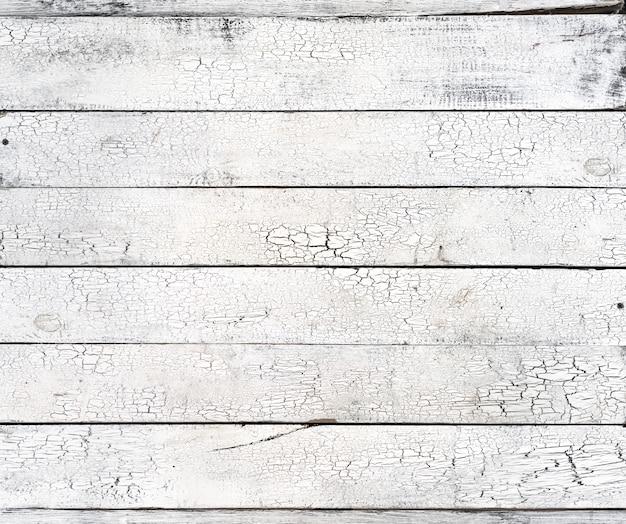 Weiße hölzerne schäbige verwitterte planken mit rissiger farbe, alte helle holzgrunge-schreibtischoberflächenbrett-vintage-textur, rustikales tischmuster raue ungleichmäßige grunge-retro-geschälte schuppige struktur, draufsicht