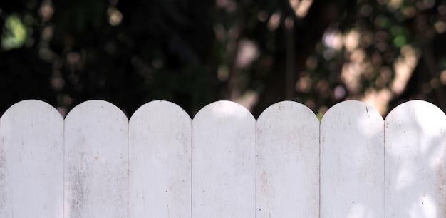 Weiße hölzerne weinlese-unschärfegartennatur des lecks