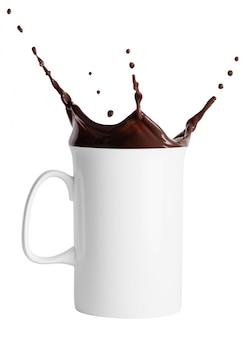 Weiße hohe tasse mit einem schuss heißer schokolade