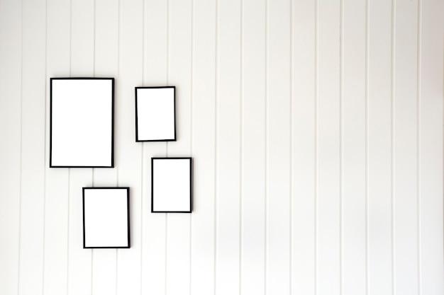 Weiße holzpalettenwand mit leerem posterrahmen im modernen stil für kopienraum, stilvoller leinwanddekorations-innenraum für text